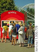 """Очередь в кассу за билетами на аттракционы. Парк аттракционов """"ДИВО-ОСТРОВ"""", Санкт-Петербург (2010 год). Редакционное фото, фотограф игорь иванов / Фотобанк Лори"""