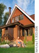 Купить «Молодая пара около нового дома», фото № 1933606, снято 31 июля 2010 г. (c) Дмитрий Яковлев / Фотобанк Лори