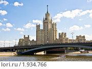 Москва, Высотное здание на Котельнической набережной и Большой Устьинский мост (2010 год). Редакционное фото, фотограф ИВА Афонская / Фотобанк Лори