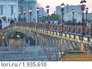 Патриарший мост у Храма Христа-Спасителя (2010 год). Редакционное фото, фотограф Любовь Викторова / Фотобанк Лори