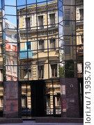 Купить «Отражение старинных зданий в стеклянных стенах современного офисного здания», фото № 1935730, снято 4 июля 2010 г. (c) Илюхина Наталья / Фотобанк Лори