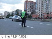Купить «Сотрудник ДПС на работе», фото № 1944802, снято 31 августа 2010 г. (c) Андрей Жухевич / Фотобанк Лори