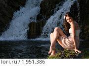 Красивая девушка на камнях на фоне водопада. Стоковое фото, фотограф Дмитрий Смиренко / Фотобанк Лори