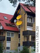 Купить «Несколько спутниковых антенн на стене многоквартирного дома», фото № 1956250, снято 19 июля 2009 г. (c) Елена Галачьянц / Фотобанк Лори