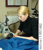 Молодая девушка за швейной машинкой обрабатывает изделие. Обучение профессии швеи (2008 год). Редакционное фото, фотограф игорь иванов / Фотобанк Лори