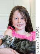 Девочка держит на руках котенка. Стоковое фото, фотограф Ольга Полякова / Фотобанк Лори