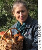 Улыбающаяся женщина с корзиной белых грибов. Стоковое фото, фотограф VPutnik / Фотобанк Лори