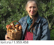 Купить «Улыбающаяся женщина с корзиной белых грибов», фото № 1959458, снято 8 сентября 2010 г. (c) VPutnik / Фотобанк Лори