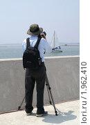Купить «Фотограф в шляпе, снимающий яхту», эксклюзивное фото № 1962410, снято 9 июля 2020 г. (c) Ольга Липунова / Фотобанк Лори