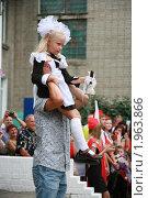 Купить «1 сентября. Первоклассница несет колокольчик и звенит первый школьный звонок», фото № 1963866, снято 1 сентября 2010 г. (c) Firststar / Фотобанк Лори