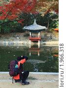 Купить «Фотограф-турист фотографирует беседку в восточном стиле», эксклюзивное фото № 1966318, снято 5 ноября 2009 г. (c) Ольга Липунова / Фотобанк Лори