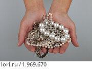 Купить «Женские руки держат драгоценности», фото № 1969670, снято 4 сентября 2010 г. (c) Ирина Смирнова / Фотобанк Лори