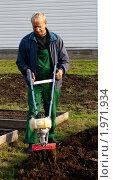 Купить «Мужчина обрабатывает землю мотокультиватором», фото № 1971934, снято 12 сентября 2010 г. (c) Катерина Макарова / Фотобанк Лори