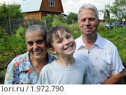 Купить «Веселые дачники: бабушка, дедушка и внук», фото № 1972790, снято 12 июня 2009 г. (c) Куликова Татьяна / Фотобанк Лори