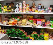 Купить «Полки продуктового магазина: консервы и бакалея», фото № 1976658, снято 15 сентября 2010 г. (c) Анна Мартынова / Фотобанк Лори