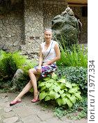 Красивая девушка, летним днем, сидит в траве на камне. Стоковое фото, фотограф Хайруллина Ирина / Фотобанк Лори