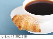 Купить «Кофе и круассан на синем фоне», фото № 1982518, снято 4 сентября 2010 г. (c) Дарья Петренко / Фотобанк Лори