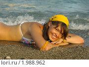 Купить «Девушка лежит в волнах», фото № 1988962, снято 13 августа 2010 г. (c) Наталия Ефимова / Фотобанк Лори