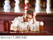 Купить «Молодой мужчина с кружками пива в пабе», фото № 1989542, снято 22 августа 2010 г. (c) Raev Denis / Фотобанк Лори