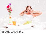 Купить «Молодая красивая девушка  завтракает в постели», фото № 2000162, снято 4 августа 2010 г. (c) Ольга Хорькова / Фотобанк Лори
