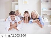 Купить «Семья с двумя детьми на диване», фото № 2003806, снято 21 августа 2010 г. (c) Raev Denis / Фотобанк Лори