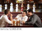 Трое мужчин с пивом в пабе. Стоковое фото, фотограф Raev Denis / Фотобанк Лори