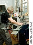 Мастер-багетчик работает на станке по соединению элементов рамы.Багетная мастерская. (2010 год). Редакционное фото, фотограф игорь иванов / Фотобанк Лори