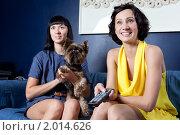 Купить «Девушки смотрят кино, сидя на диване», фото № 2014626, снято 6 сентября 2010 г. (c) Elena Rostunova / Фотобанк Лори