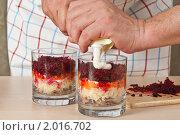 Купить «Салат «Селёдка под шубой», сервированный в стакане, пошаговый процесс: добавление майонеза», эксклюзивное фото № 2016702, снято 3 сентября 2010 г. (c) Давид Мзареулян / Фотобанк Лори