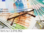 Купить «Очки на купюрах», фото № 2016962, снято 7 февраля 2010 г. (c) Денис Миронов / Фотобанк Лори