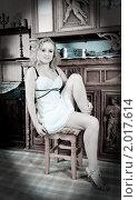 Купить «Девушка позирует в старинной комнате», фото № 2017614, снято 23 мая 2010 г. (c) Яков Филимонов / Фотобанк Лори