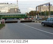 Закрытый железнодорожный переезд, оборудованный автоматическими барьерами и шлагбаумом (2010 год). Редакционное фото, фотограф Марков Николай / Фотобанк Лори