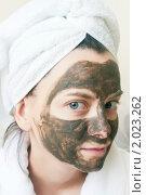 Купить «Девушка с полотенцем на голове с косметической маской на лице», фото № 2023262, снято 7 сентября 2010 г. (c) Никита Жигелев / Фотобанк Лори