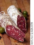 Купить «Сырокопченая колбаса на разделочной доске», фото № 2026078, снято 1 июля 2010 г. (c) Никита Жигелев / Фотобанк Лори