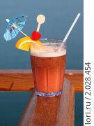 Купить «Коктейль с фруктами на палубе круизного лайнера», фото № 2028454, снято 19 апреля 2010 г. (c) Losevsky Pavel / Фотобанк Лори