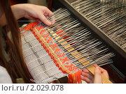 Купить «Женщина работает на ткацком станке. Русские народные промыслы и ремесла. Фокус на ткани.», фото № 2029078, снято 10 декабря 2009 г. (c) Losevsky Pavel / Фотобанк Лори