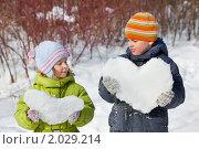 Купить «Двое детей со снежными сердцами», фото № 2029214, снято 8 марта 2010 г. (c) Losevsky Pavel / Фотобанк Лори