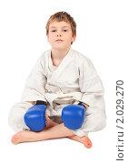 Купить «Юный боксер в белом кимоно и синих перчатках», фото № 2029270, снято 16 февраля 2010 г. (c) Losevsky Pavel / Фотобанк Лори