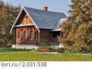 Купить «Бревенчатый дом с крыльцом и клумбой, осень», фото № 2031538, снято 27 сентября 2010 г. (c) Виктор Сагайдашин / Фотобанк Лори