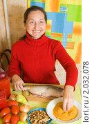 Купить «Женщина готовит фаршированную рыбу», фото № 2032078, снято 5 октября 2010 г. (c) Яков Филимонов / Фотобанк Лори