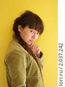 Красивая девушка на жёлтом фоне. Стоковое фото, фотограф Наталья Камайкина / Фотобанк Лори
