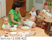 Купить «Воспитатель кормит детей в ясельной группе», эксклюзивное фото № 2038422, снято 16 сентября 2010 г. (c) Вячеслав Палес / Фотобанк Лори