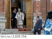 Епископ Серпуховской Роман выходит из храма (2010 год). Редакционное фото, фотограф Ирина Фирсова / Фотобанк Лори