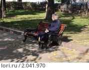 Купить «Одинокая пожилая женщина сидит на скамейке в парке», эксклюзивное фото № 2041970, снято 24 июня 2019 г. (c) Lora / Фотобанк Лори