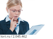 Купить «Деловая женщина с документами в руках», фото № 2045462, снято 13 сентября 2010 г. (c) Дмитрий Эрслер / Фотобанк Лори