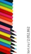 Ряд цветных карандашей на белом фоне. Стоковое фото, фотограф Игнатьева Алевтина / Фотобанк Лори