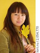 Девушка с жёлтым кленовым листком. Стоковое фото, фотограф Наталья Камайкина / Фотобанк Лори