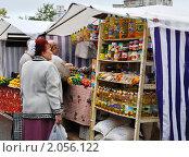 Купить «Женщина у витрины с бакалеей на сельскохозяйственной ярмарке выходного дня», эксклюзивное фото № 2056122, снято 18 августа 2019 г. (c) Анна Мартынова / Фотобанк Лори