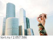 Купить «Юная красивая девушка на фоне современных построек Москва-сити», фото № 2057586, снято 17 июля 2010 г. (c) Дмитрий Яковлев / Фотобанк Лори