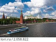 Речной трамвайчик у стен Кремля (2010 год). Редакционное фото, фотограф Konstantin / Фотобанк Лори